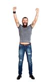 L'homme barbu tatoué bel enthousiaste avec des bras a augmenté dans les succes Photographie stock libre de droits