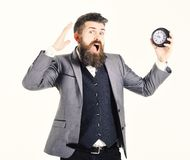 L'homme barbu tient l'horloge et crie Synchronisez, trop occupé, manque de temps, intemporel, hâte, aucune affaires de temps, con images stock