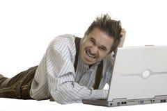 L'homme bavarois n'a aucune idée comment fonctionner avec l'ordinateur portatif Photographie stock libre de droits