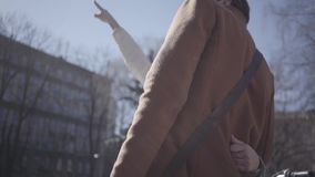 L'homme bel étreint la femme blonde assez jeune dans la veste chaude regardant le haut bâtiment Les couples discutant le pointage clips vidéos