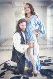 L'homme bel dans le costume médiéval séduit la belle femme Image stock