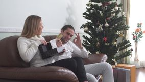 L'homme bel donne actuel à son épouse et carte de crédit d'expositions Femme excitée du cadeau Un enfant avec ses nouvelles cours banque de vidéos
