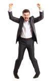 L'homme bel enthousiaste d'affaires avec des bras a augmenté dans le succès Images libres de droits