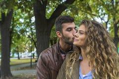 L'homme bel est dans l'amour avec son amie attirante Photo libre de droits