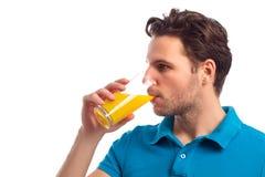 L'homme boit Juice Isolated On White Background Photo libre de droits
