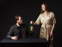 L'homme boit l'alcool, la bouteille dans la main Photographie stock libre de droits