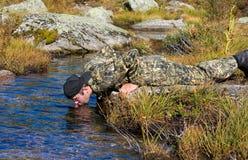 L'homme boit l'eau Images libres de droits