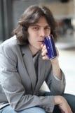 L'homme boit l'eau minérale d'une tasse Images libres de droits
