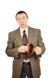 L'homme bouleversé explique un portefeuille vide Photo stock