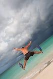 L'homme bronzé sautent dans les nageoires bleues Photographie stock