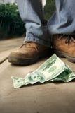 L'homme chanceux trouve l'argent images libres de droits