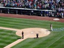 L'homme chante Dieu bénissent l'Amérique pendant le jeu de baseball Image libre de droits