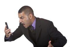 L'homme chargé d'affaires crie dans le téléphone photo libre de droits