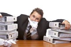 L'homme chargé d'affaires est frustré dans le bureau photos libres de droits