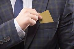 L'homme charismatique dans le costume met la carte images stock
