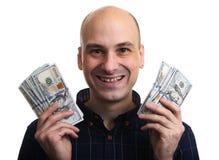 L'homme chauve heureux tient une certaine somme d'argent D'isolement images stock