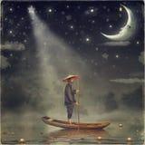 L'homme chinois se tient dans le bateau Photo libre de droits