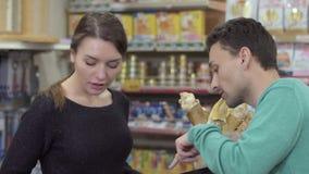 L'homme choisissent le complément alimentaire pour ses animaux dans le magasin de bêtes clips vidéos
