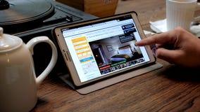 L'homme choisit l'hôtel par la réservation d'application com banque de vidéos