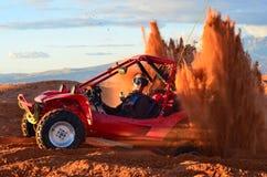 L'homme a collé la haute de lancement de sable dans l'air Photo stock