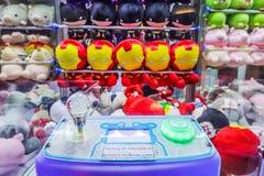 L'homme coloré de fer de beaucoup de poupées, collaborateur personnel a mis dans l'armoire que l'attente de jeu de griffe des per photographie stock libre de droits