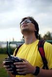 L'homme commande l'avion de RC dans le ciel Photo libre de droits
