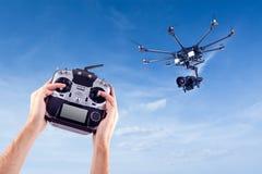 L'homme commande les bourdons de vol Photographie stock libre de droits