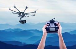 L'homme commande les bourdons de vol Photos libres de droits