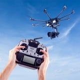 L'homme commande les bourdons de vol Image libre de droits