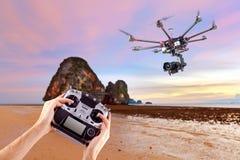 L'homme commande les bourdons de vol Photo libre de droits