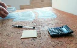 L'homme compte l'argent les étendant sur la table mains de plan rapproché Photos libres de droits