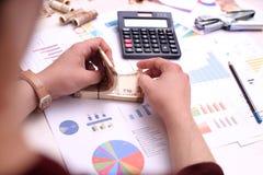 L'homme compte l'Indien des notes de devise de 10 roupies Photo de calculatrice, de crayon, d'agrafeuse, de notes indiennes et de image libre de droits