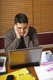 Homme concerné par les finances à la maison Image stock