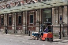 L'homme conduit un chariot élévateur en dehors de marché de Smithfield Photographie stock libre de droits