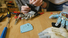 L'homme construit le produit innovateur - bras robotique imprimé avec l'imprimante 3d clips vidéos