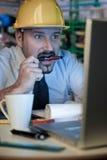 L'homme adulte porte un casque protecteur photo libre de droits