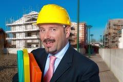 L'homme adulte porte un casque protecteur image libre de droits