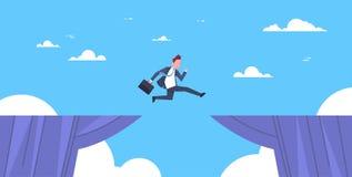 L'homme courageux d'affaires sautent par-dessus le risque de Cliff Gap Business To Success et le concept de danger Image libre de droits
