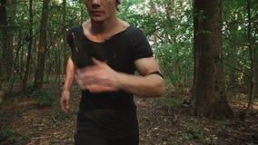 L'homme courant dans la forêt 4K banque de vidéos
