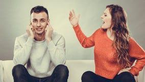 L'homme criard de femme fâchée de fureur ferme ses oreilles Photographie stock libre de droits