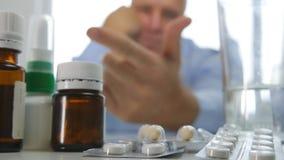 L'homme déçu calculent les pilules médicales sur l'étagère de pharmacie photos libres de droits