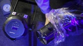 L'homme déballe un tube pour un projecteur de profil banque de vidéos