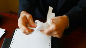 L'homme déchire avec émotion le papier banque de vidéos