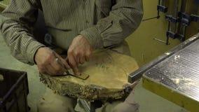 L'homme découpe dans le bois Métier folklorique Bois Technologie folklorique résolution 4K clips vidéos