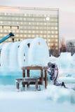 L'homme découpe la sculpture en glace Image stock