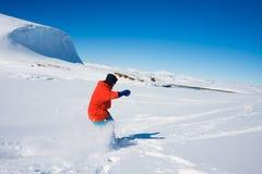 L'homme déménage sur des skis images libres de droits