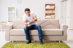 L'homme dépendant aux jeux d'ordinateur image stock