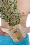 L'homme détend dans le sauna Image libre de droits