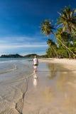 L'homme détendent sur le costline tropical de plage Image libre de droits