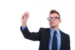 L'homme d'affaires écrit avec la craie sur l'écran fictif Image stock